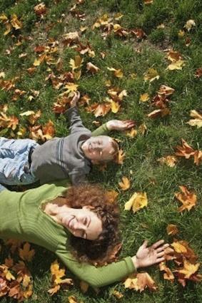 躺在草地上
